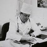 Заведующий кафедрой академик В.И. Петров в кабинете в Железнодорожной больнице (1989 г.)