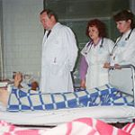 Академик В.И. Петров консультирует тяжелого больного в ПИТ клиники кафедры