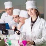 Студенты в белых халатах. Фото Ильи Моисеева.