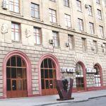 Центральный вход в главный корпус ВолгГМУ: площадь Павших борцов, 1