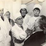 Профессор Е. А. Магид проводит консультацию пациента