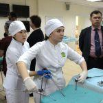 Кондратьева и Эрендженова выполняют задание по эндовидеохирургии